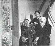 Braque, Cocteau, Touchagues devant l'une des Quatres Saisons portes décorées pour la demeure de M. Fernndez-Anchoréna